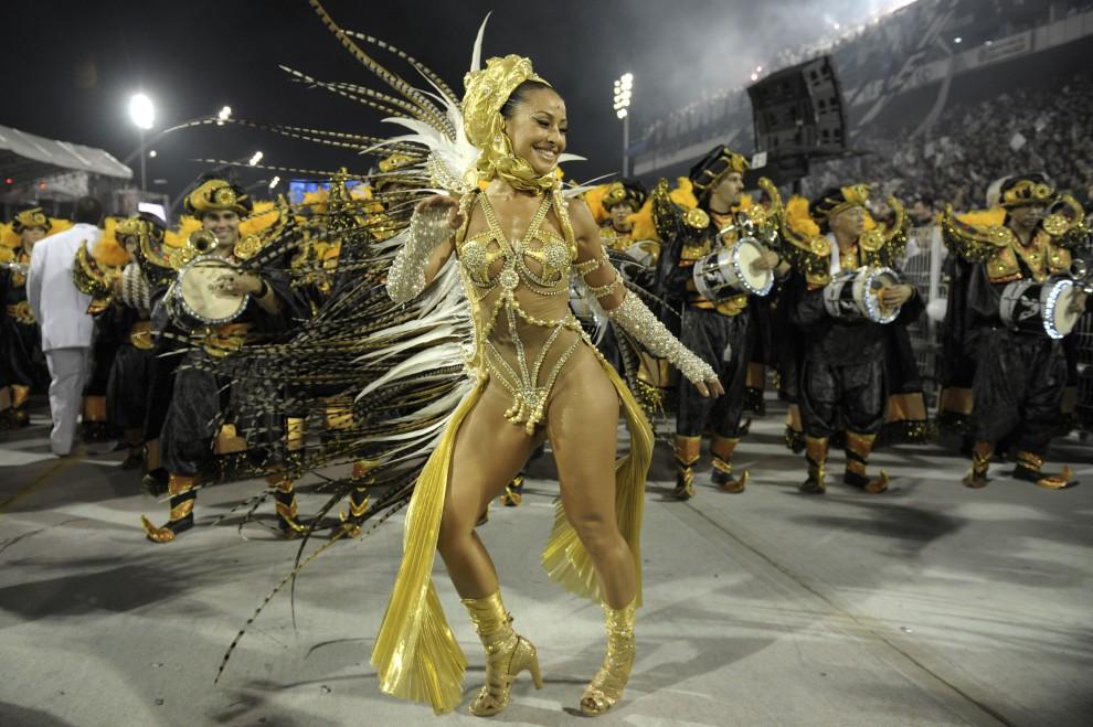 28. BRAZYLIA, Sao Paulo, 6 marca 2011: Sabrina Sato w trakcie zabawy na Sambodromie. AFP PHOTO/Mauricio LIMA