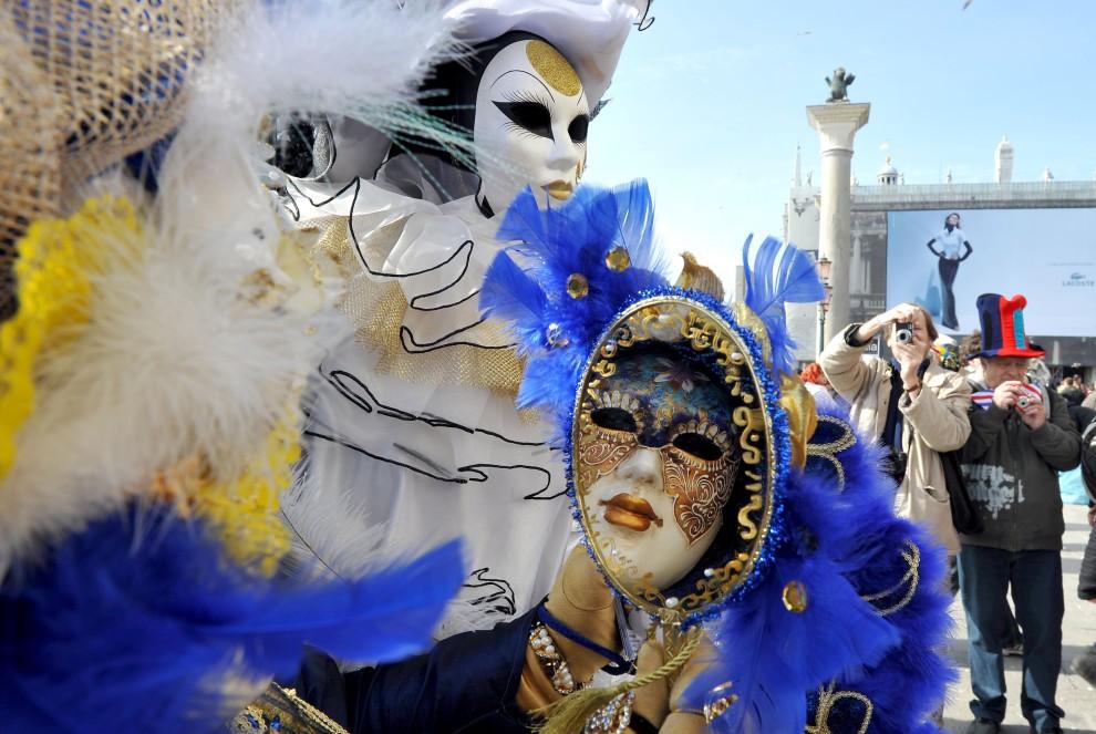 28. WŁOCHY, Wenecja, 5 marca 2011: Uczestnicy zabawy karnawałowej na Placu Św. Marka. AFP PHOTO / ANDREA PATTARO