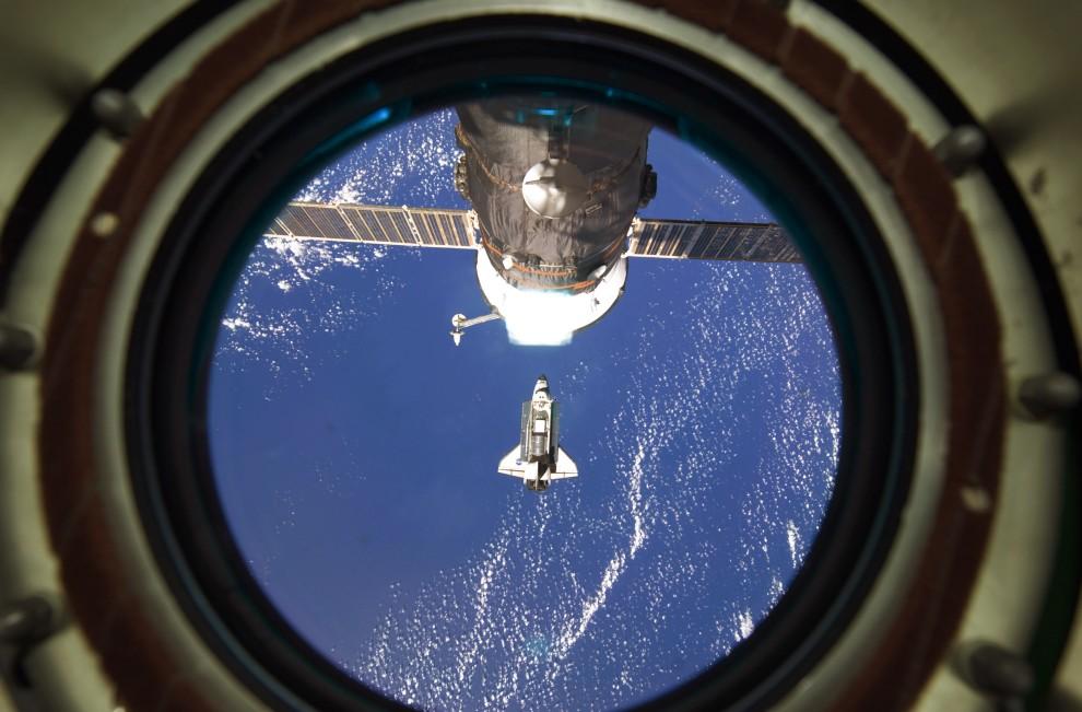 28. Przestrzeń kosmiczna, 26 lutego 2011: Wahadłowiec Discovery widziany z MSK. (Foto: NASA via Getty Images)