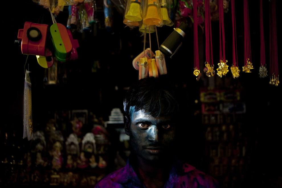 28. INDIE, Vrindavan, 21 marca 2011: Uczestnik zabawy na tle straganu. (Foto: Majid Saeedi/Getty Images)