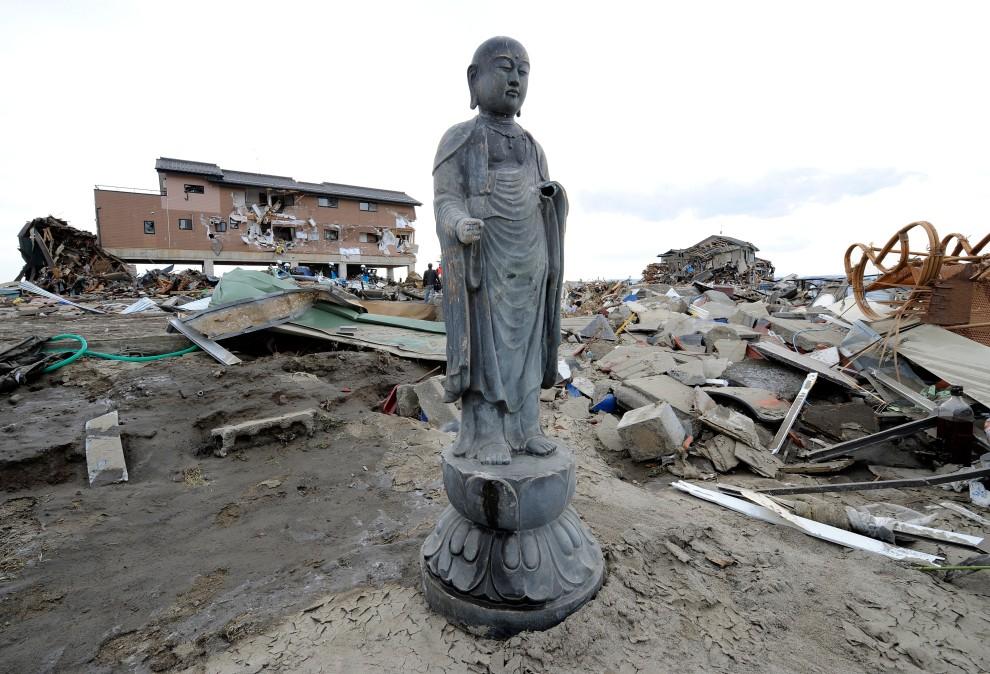 29. JAPONIA, Natori, 14 marca 2011: Posąg ze zniszczonej świątyni. AFP PHOTO/Toru YAMANAKA