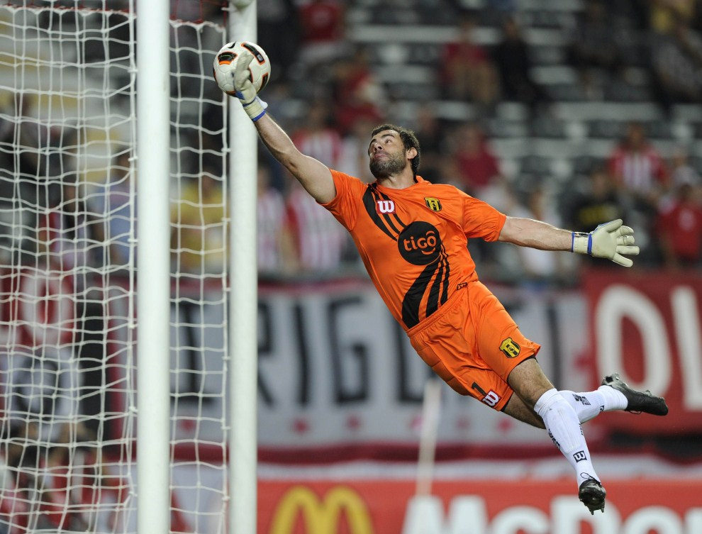 29. ARGENTYNA, La Plata, 17 marca 2011: Pablo Aurrecochea (Guarani) puszcza bramkę w meczu z Estudiantes. AFP PHOTO / Juan Mabromata