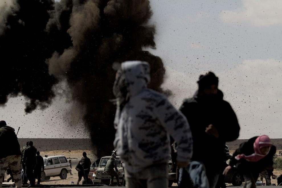 29. LIBIA, Ras Lanuf, 8 marca 2011: Eksplozja zrzuconej bomby na punkcie kontrolnym. AFP PHOTO/ MARCO LONGARI