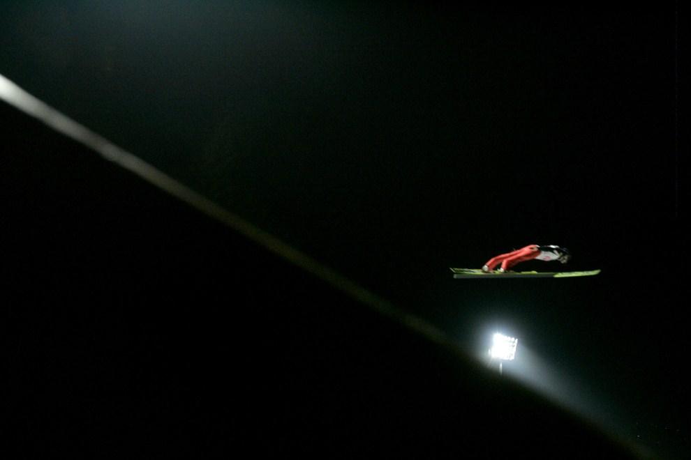 29. AUSTRIA, Bischofshofen, 7 stycznia 2007: Adam Małysz w powietrzu nad zeskokiem obiektu w Bischofshofen. OTO / JOE KLAMAR