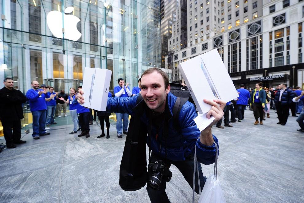 29. USA, Nowy Jork, 11 marca 2011: Alex Shumilov – pierwszy klient sklepu Apple przy Fifth Avenue, który kupił iPada 2. AFP PHOTO/Emmanuel Dunand
