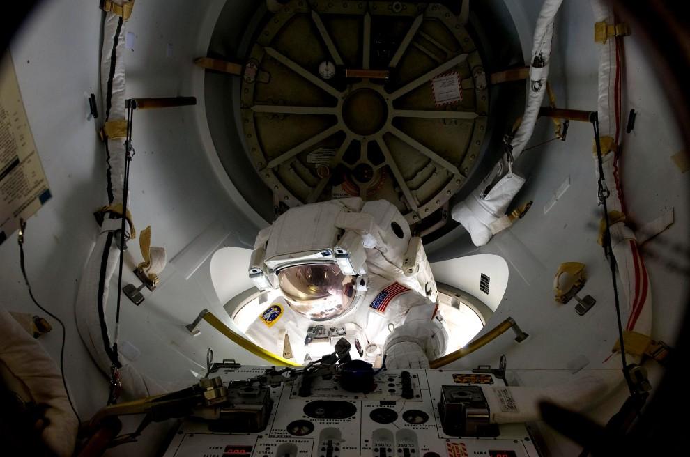 29. Przestrzeń kosmiczna, 28 lutego 2011: Alvin Drew przygotowuje się do wyjścia z MSK. (Foto: NASA via Getty Images)