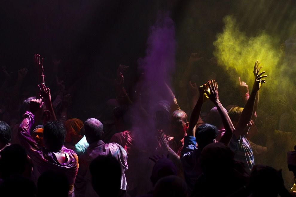 29. INDIE, Vrindavan, 21 marca 2011: Wierni tańczący w chmurze kolorowych proszków. (Foto: Majid Saeedi/Getty Images)