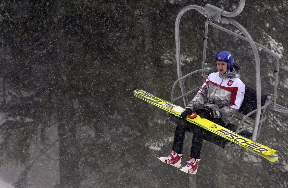2. KANADA, Whistler, 10 lutego 2010: Adam Małysz wjeżdża na skocznie w parku olimpijskim. AFP PHOTO / FRANCK FIFE