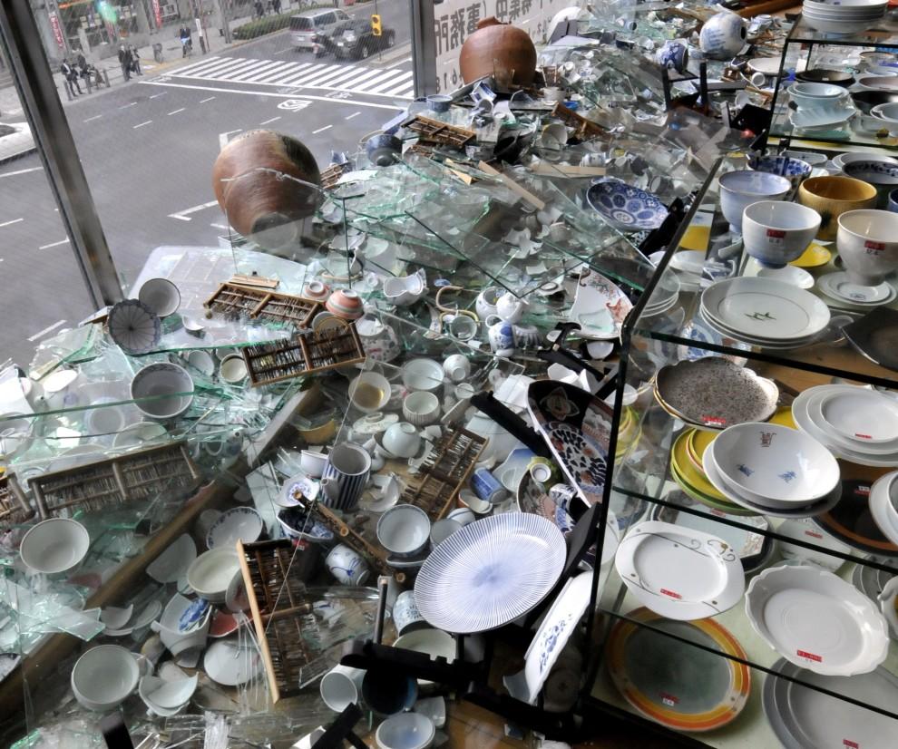 2. JAPONIA, Tokio, 11 marca 2011: Zniszczona przez trzęsienie ziemi witryna sklepowa. AFP PHOTO / Yoshikazu TSUNO