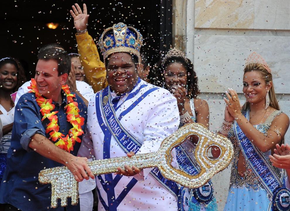 3. BRAZYLIA, Rio de Janeiro, 4 marca 2011: Burmistrz Rio de Janeiro – Eduardo Paes(po lewej) – wręcza klucz do miasta królowi Momo. AFP PHOTO/VANDERLEI ALMEIDA