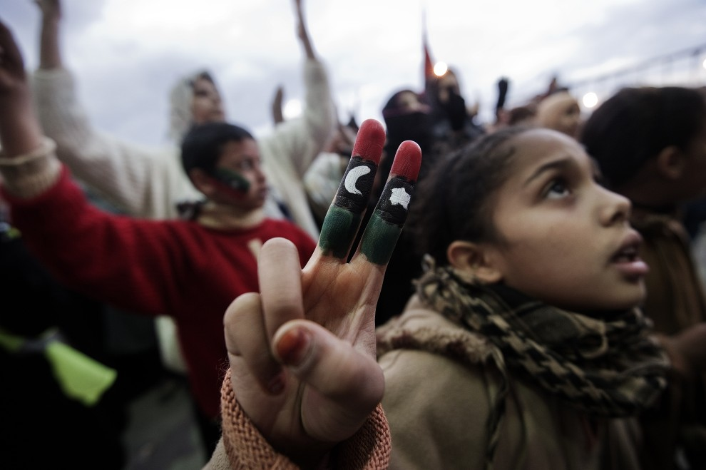 2. LIBIA, Benghazi, 6 marca 2011: Uczestniczka protestu opozycji e Benghazi. AFP PHOTO / GIANLUIGI GUERCIA