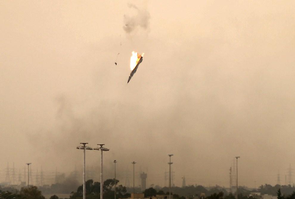 2. LIBIA, Benghazi, 19 marca 2011: Pilot katapultuje się z zestrzelonego nad Benghazi odrzutowca. AFP PHOTO/PATRICK BAZ