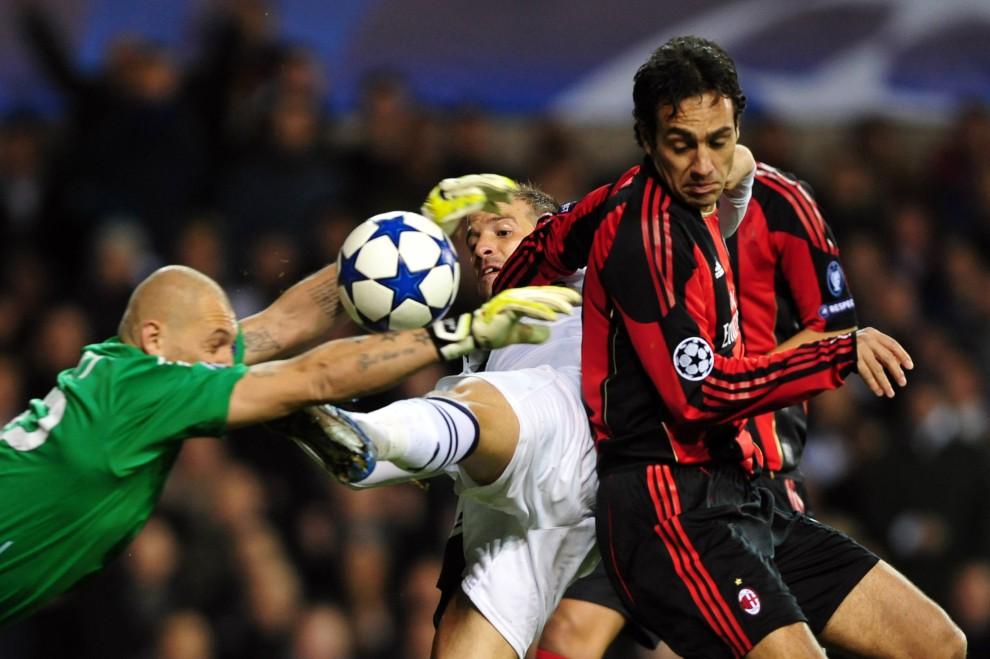 2. WIELKA BRYTANIA, Londyn, 9 marca 2011: O piłkę walczą: Rafael van der Vaart (w środku),   Alessandro Nesta (po prawej) i bramkaż AC Milan – Chistian Abbiati. AFP PHOTO / GIUSEPPE CACACE