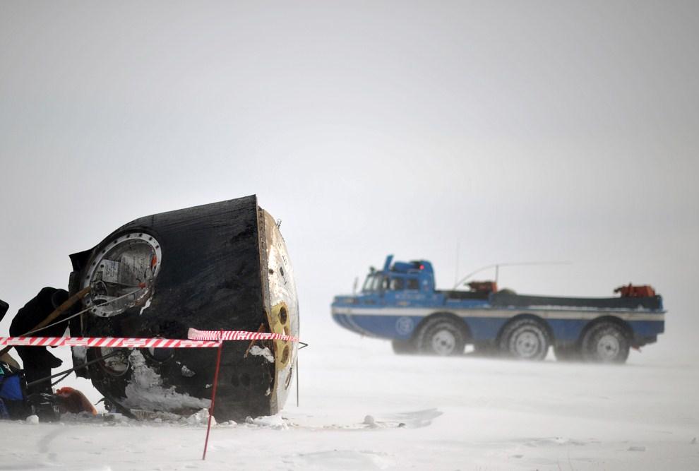 2. KAZAHSTAN, Arkałyk, 16 marca 2011: Przygotowanie kapsuły do transportu do Federalnej Agencji Kosmicznej. AFP PHOTO / DMITRY KOSTYUKOV