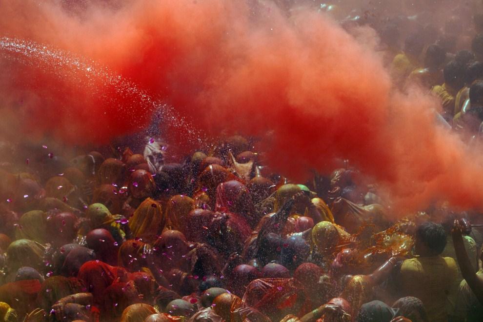 2. INDIE, Vrindavan, 21 marca 2011: Tłum wiernych polewany wodą i obsypywany kolorowymi proszkami. (Foto: Majid Saeedi/Getty Images)