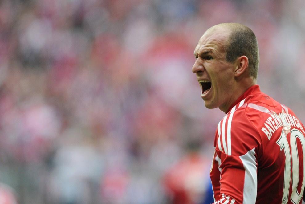 30. NIEMCY, Monachium, 12 marca 2011: Arjen Robben cieszy się z bramki zdobytej w meczu z Hamburg SV. AFP PHOTO / CHRISTOF STACHE