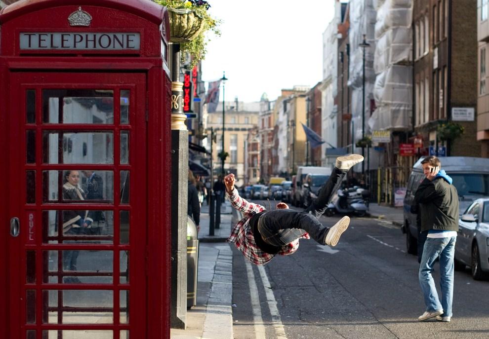 30. WIELKA BRYTANIA, Londyn, 24 marca 2011: Pokaz sztuk walk na ulicy w Londynie. AFP PHOTO/Leon Neal