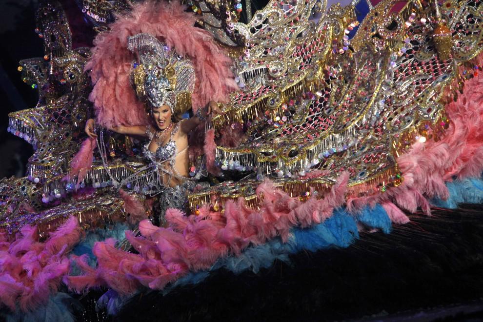 30. HISZPANIA, Santa Cruz de Tenerife, 2 marca 2011: Tancerka nominowana do tytułu Królowej Karnawału  prezentuje swój strój. AFP PHOTO / DESIREE MARTIN