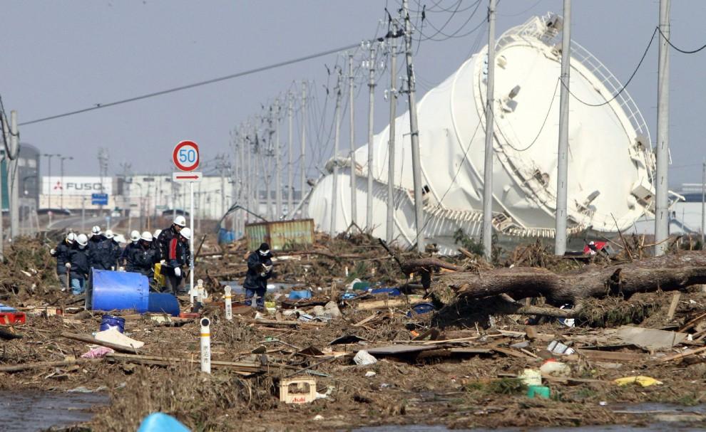 30. JAPONIA, Iwanuma, 13 marca 2011: Ogromny zbiornik uszkodzony przez tsunami. AFP PHOTO / JIJI PRESS