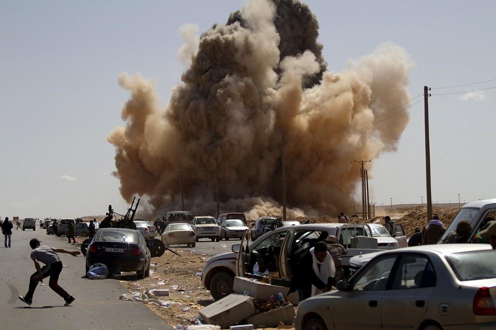 30. LIBIA, Ras Lanuf, 7 marca 2011: Eksplozja zrzuconej bomby na punkcie kontrolnym. AFP PHOTO/MARCO LONGARI