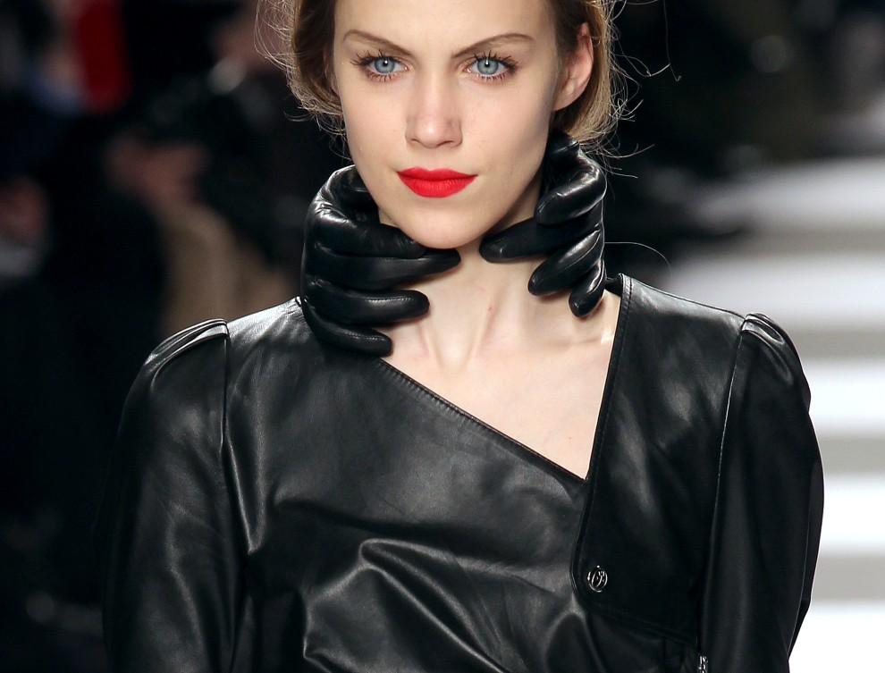 30. FRANCJA, Paryż, 8 marca 2011: Modelka w kreacji Jean-Charles de Castelbajac. AFP PHOTO/Pierre Verdy