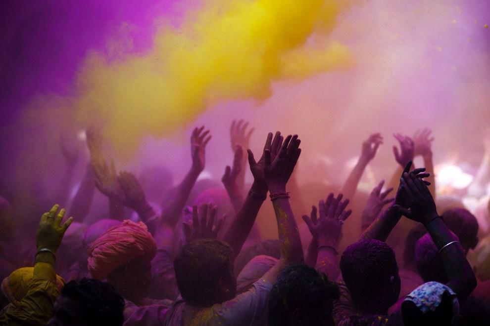 30. INDIE, Vrindavan, 21 marca 2011: Kolorowy proszek rozpylany na głowy świętujących. (Foto: Majid Saeedi/Getty Images)