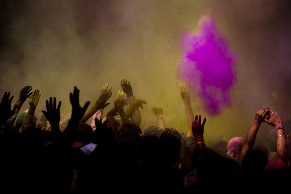 31. INDIE, Vrindavan, 21 marca 2011: Kolorowy proszek rozpylany na głowy świętujących. (Foto: Majid Saeedi/Getty Images)