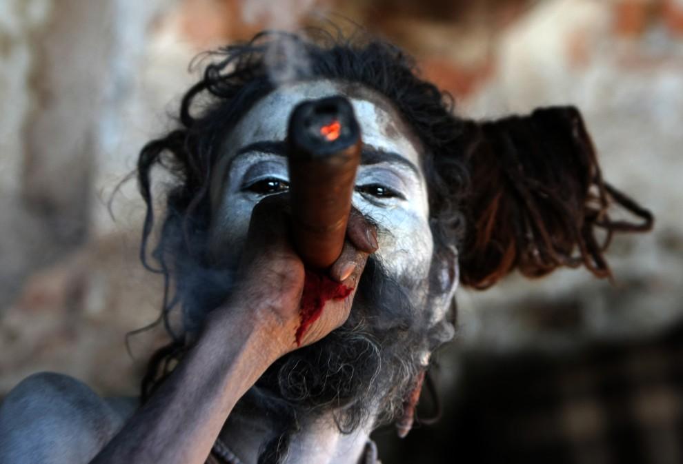 31. NEPAL, Katmandu, 28 lutego 2011: Sadhu – wędrowny asceta – pali marihuanę w świątyni Pashupatinath. AFP PHOTO/Prakash MATHEMA