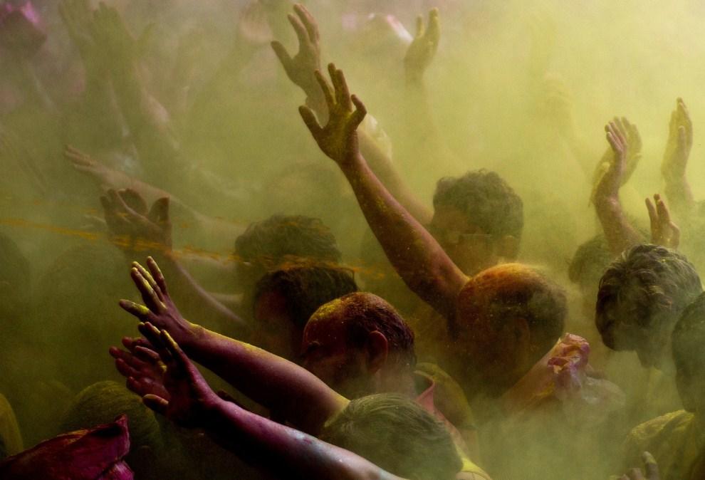 32. INDIE, Vrindavan, 21 marca 2011: Mężczyźni w takcie świętowania holi. (Foto: Majid Saeedi/Getty Images)