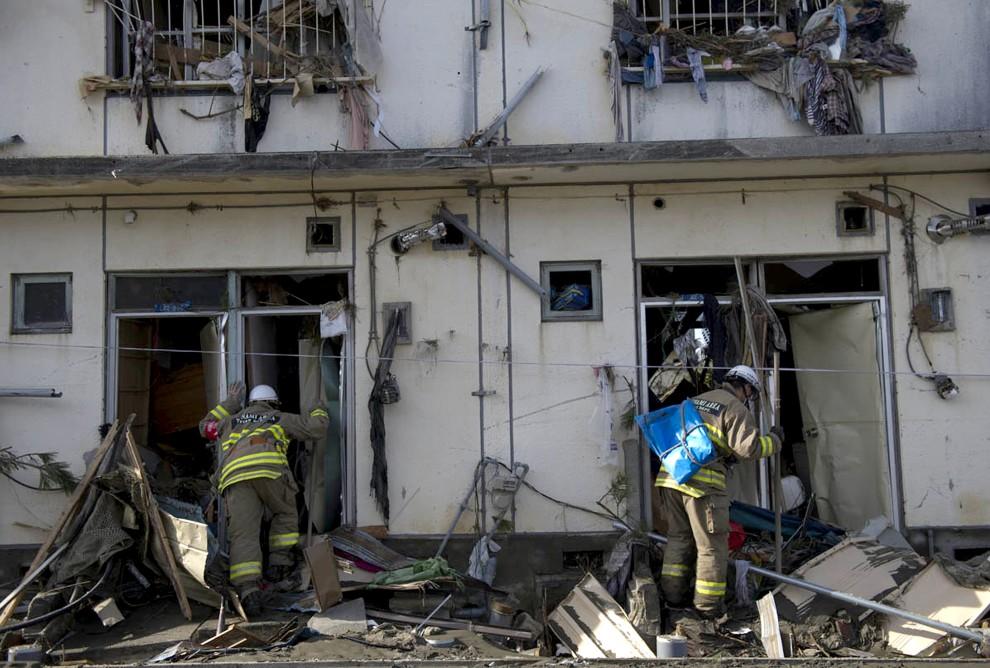 31. JAPONIA, Sendai, 15 marca 2011: Ratownicy przeszukują uszkodzony budynek.  AFP PHOTO