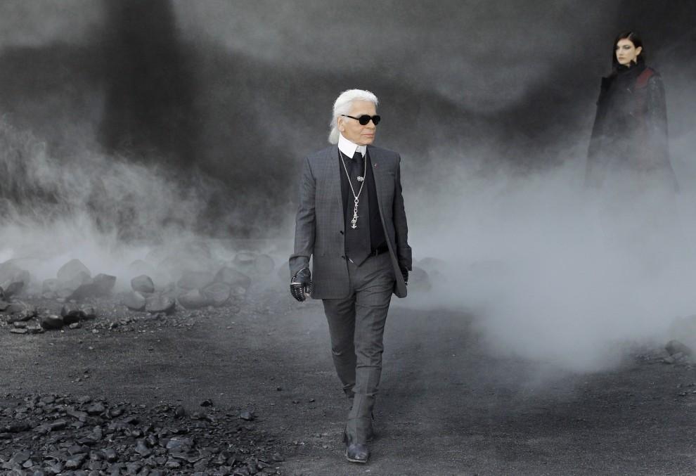 31. FRANCJA, Paryż, 8 marca 2011: Projektant Karl Lagerfeld podczas pokazu mody w Paryżu. AFP PHOTO/Patrick Kovarik