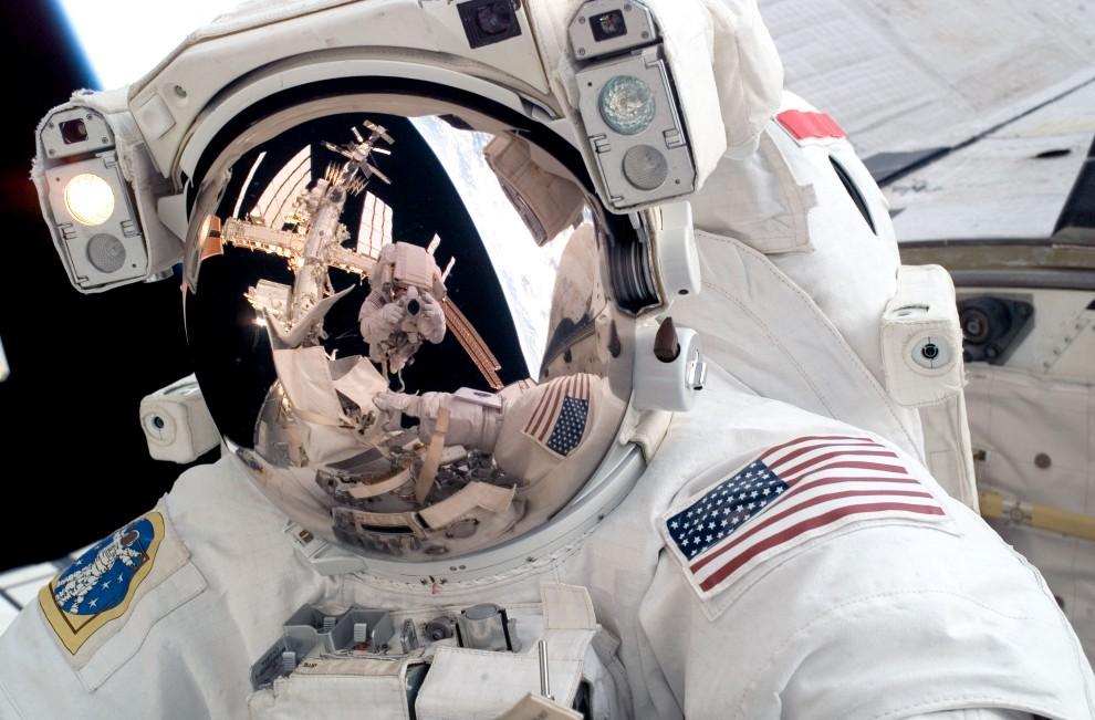 30. Przestrzeń kosmiczna, 4 czerwca 2008: Michael Fossum fotografowany w przestrzeni kosmicznej przez Ronalda Garana. AFP PHOTO/NASA PHOTO