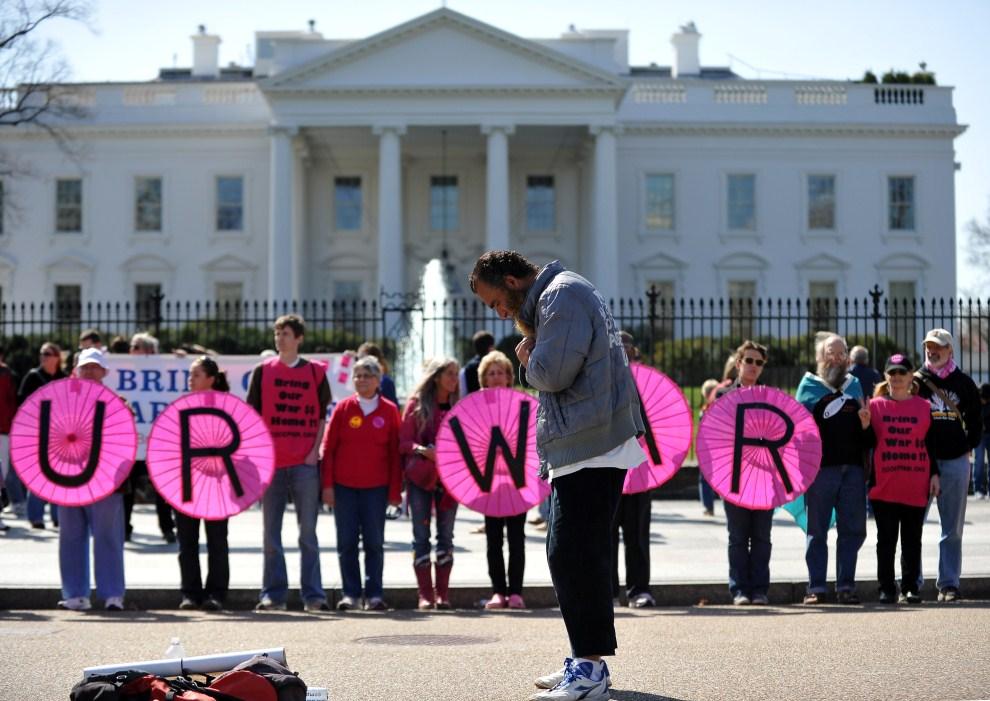 30. USA, Waszyngton, 19 marca 2011: Muzułmanin modli się przed Białym Domem podczas antywojennej demonstracji. AFP PHOTO/Jewel Samad