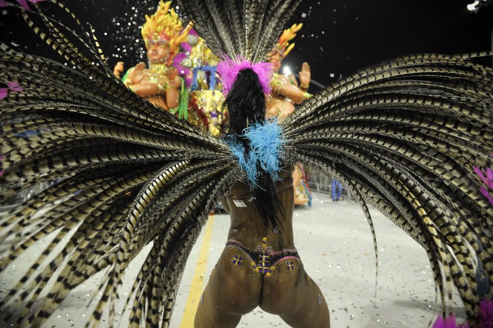 32. BRAZYLIA, Sao Paulo, 6 marca 2011: Tancerka reprezentująca szkołę  Aguia de Ouro. AFP PHOTO / MAURICIO LIMA