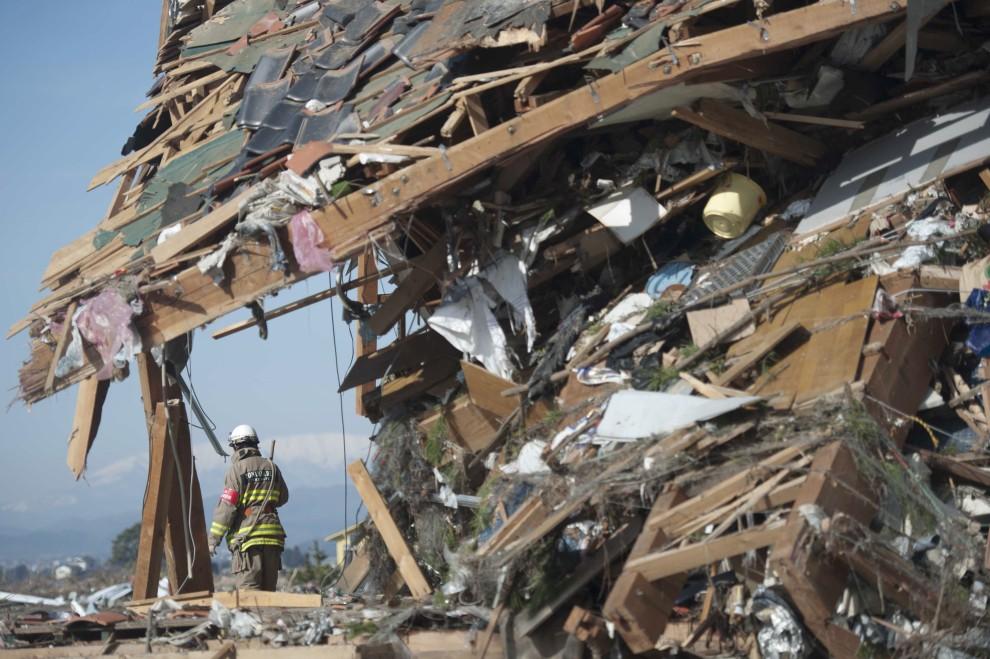 32. JAPONIA, Sendai, 14 marca 2011: Ratownik pośród zniszczonych budynków. AFP PHOTO
