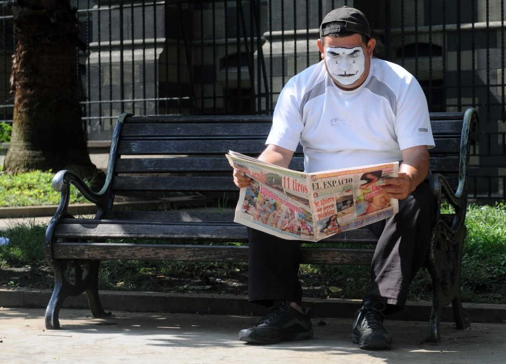 32. KOLUMBIA, Medellín, 9 marca 2011: Mim czytający gazetę w parku Botero. AFP PHOTO/Raul ARBOLEDA