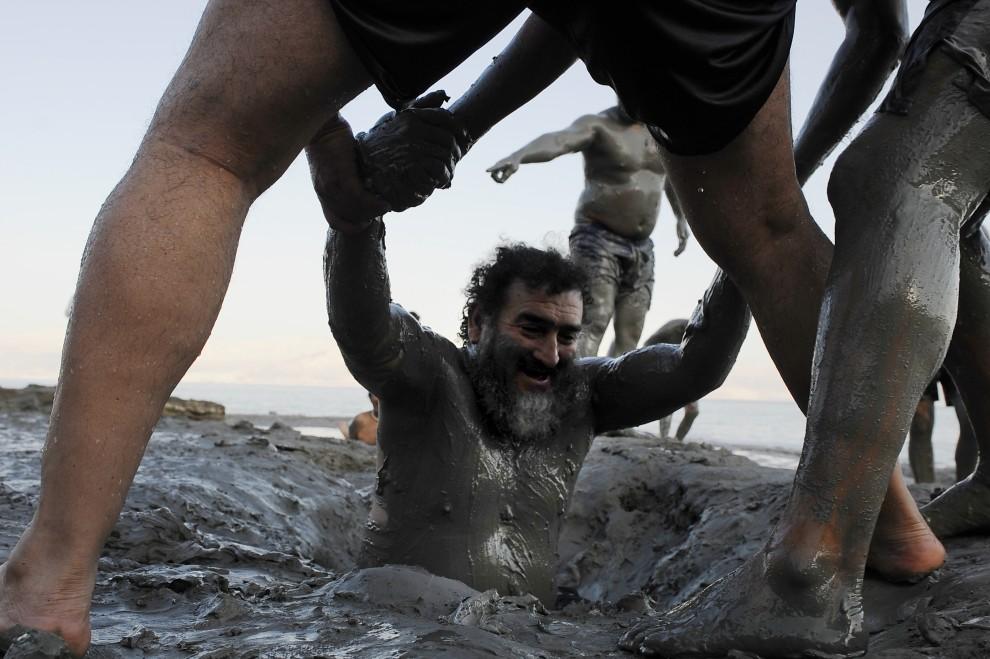 32. IZRAEL, Morze Martwe, 27 lutego 2011: Jeden z chilijskich górników wydobyty po 69 dniach spod ziemi, bierze błotną kąpiel. AFP PHOTO/ DAVID BUIMOVITCH