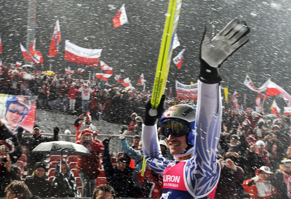 32. POLSKA, Zakopane, 26 marca 2011: Adam Małysz żegna się z kibicami po ostatnim skoku w swojej karierze. AFP PHOTO/ JANEK SKARZYNSKI