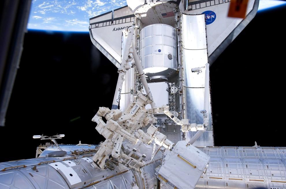 31. Przestrzeń kosmiczna, 26 lutego 2011: Wahadłowiec Discovery przycumowany do MSK. (Foto: NASA via Getty Images)