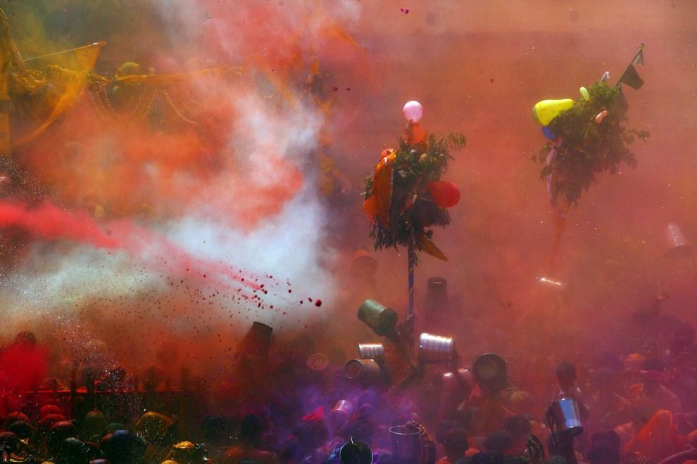 33. INDIE, Vrindavan, 21 marca 2011: Ludzie świętujący podczas Festiwalu Kolorów. AFP PHOTO/MANAN VATSYAYANA