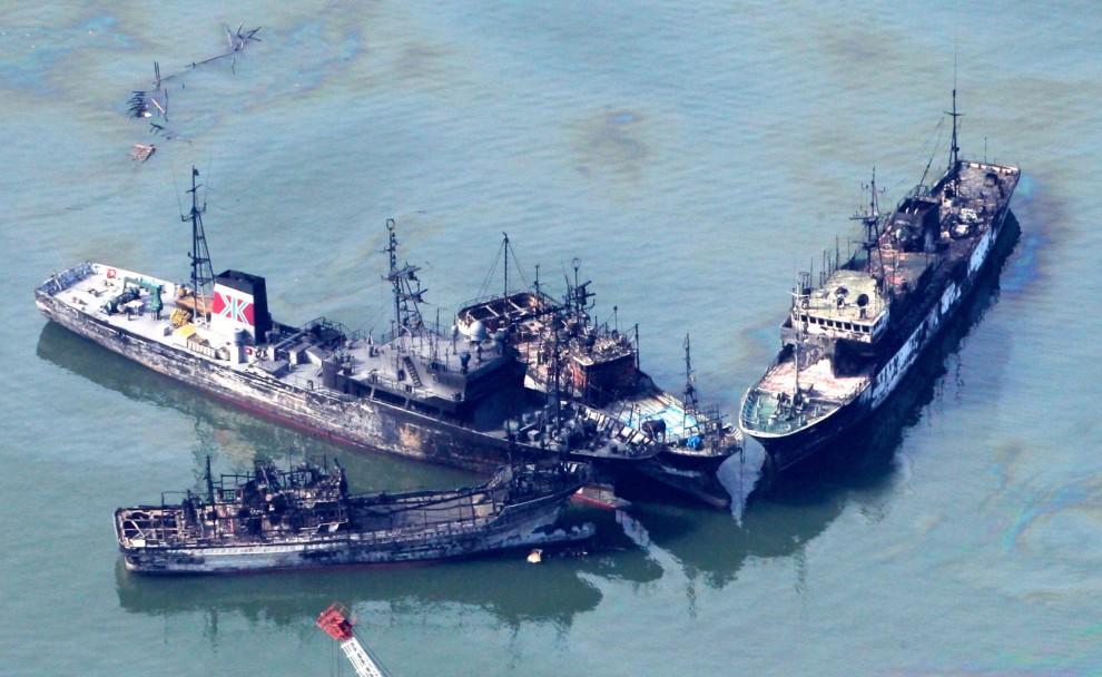 32. JAPONIA, Kisenuma , 14 marca 2011: Spalone jednostki w pobliżu wejścia do portu. EPA/ASAHI SHIMBUN