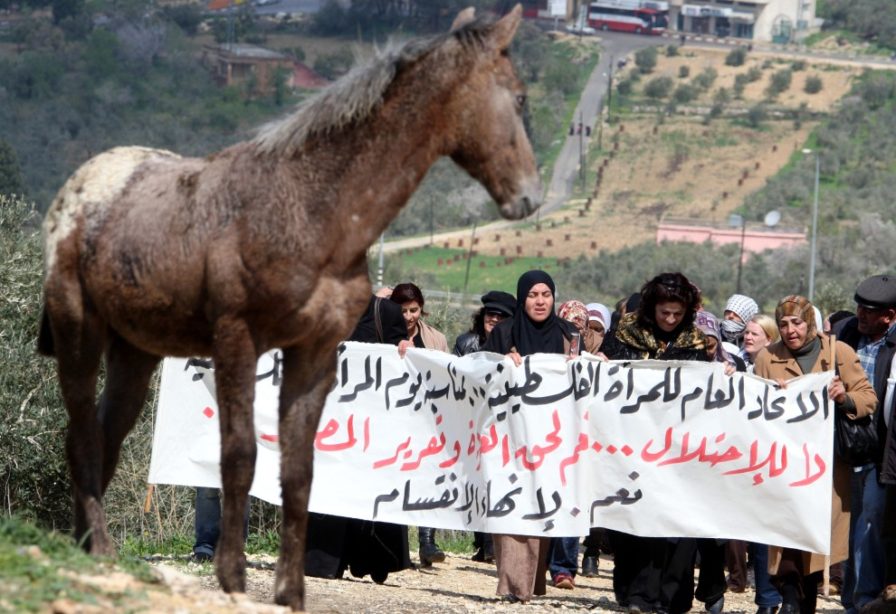 33. PALESTYNA, Burin, 8 marca 2011: Kobiety uczestniczące w proteście przeciw izraelskim osadnikom. AFP PHOTO/JAAFAR ASHTIYEH