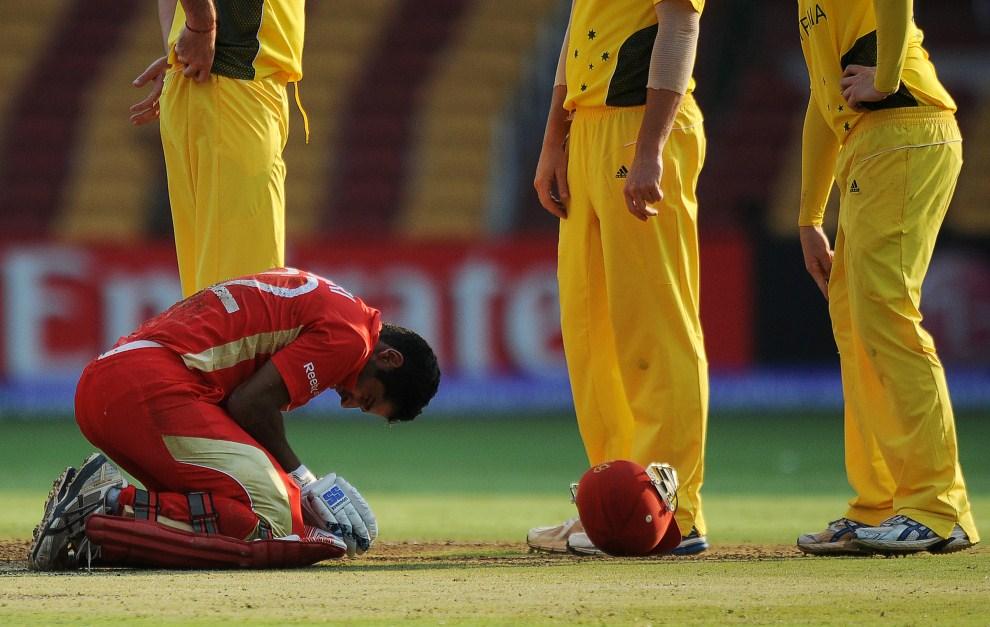 33. INDIE, Bangalore, 16 marca 2011: Zubin Surkari trafiony piłką podczas meczu krykieta. AFP PHOTO/Dibyangshu SARKAR