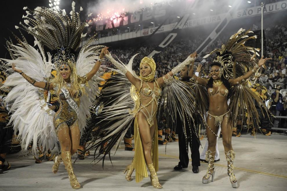 33. BRAZYLIA, Sao Paulo, 6 marca 2011: Modelki tańczące razem ze szkołą Gavioes da Fiel. AFP PHOTO/Mauricio LIMA