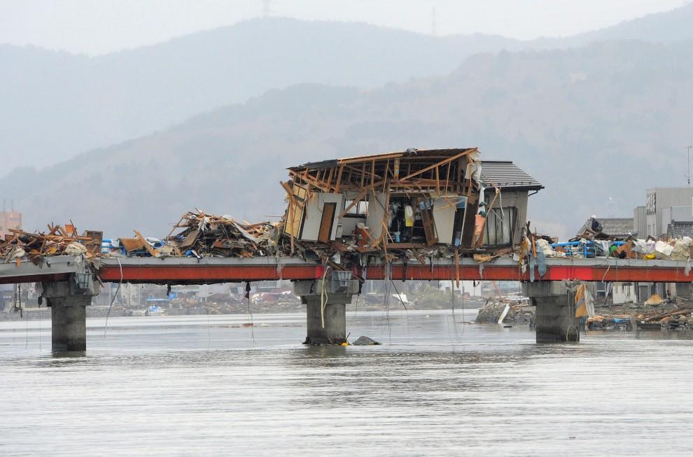 33. JAPONIA, Ishinomaki, 15 marca 2011: Dom rzucony na most przez tsunami. AFP PHOTO / KIM JAE-HWAN
