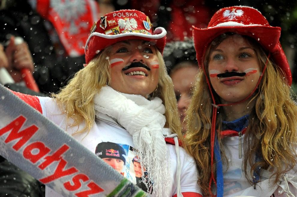 33. POLSKA, Zakopane, 26 marca 2011: Fanki z doklejonymi wąsami kibicują Adamowi Małyszowi. AFP PHOTO / JANEK SKARZYNSK