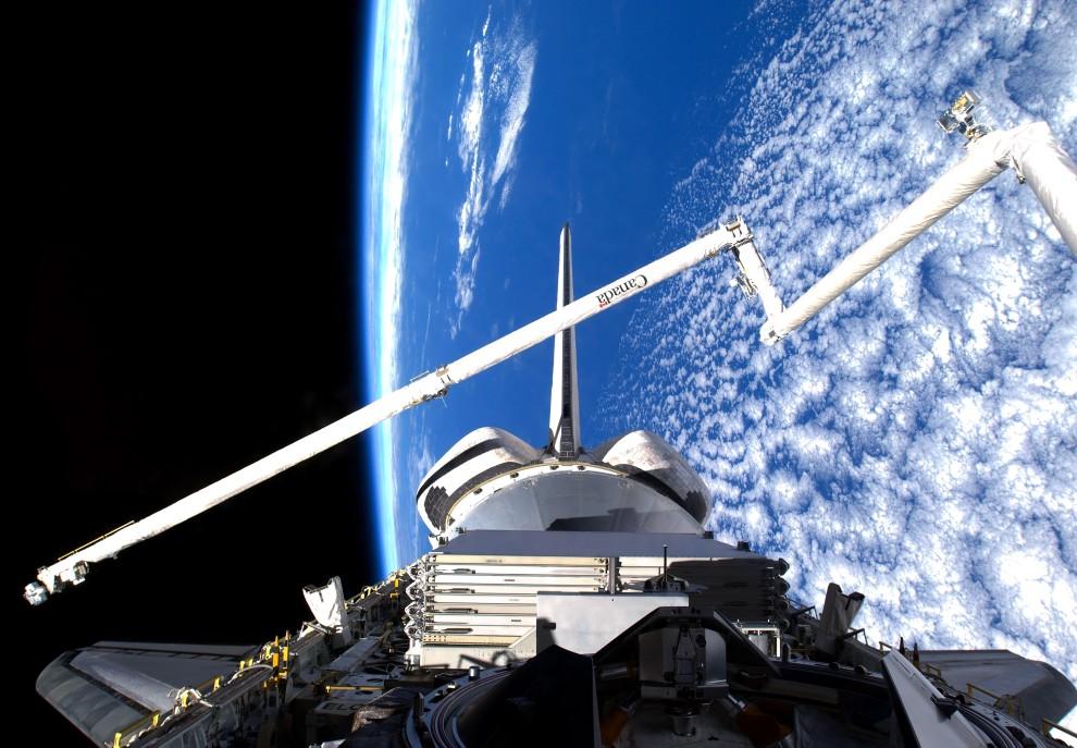 32. Przestrzeń kosmiczna, 25 lutego 2011: Inspekcja promu wykonywana dzięki systemowi kamer zamocowanym na ramieniu OBSS (ang. Orbiter Boom Sensor System). (Foto: NASA via Getty Images)