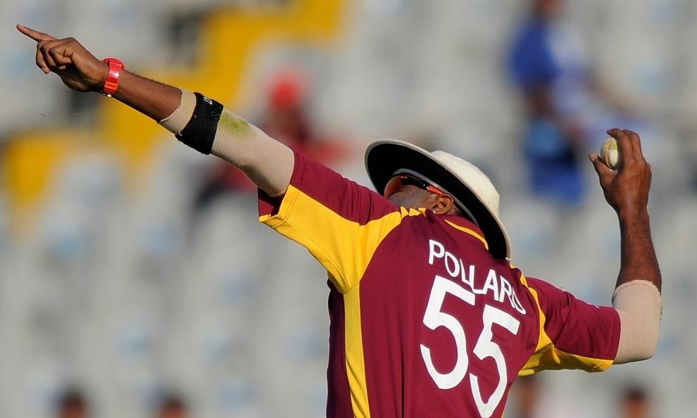 34. INDIE, Mohali, 11 marca 2011: Kieron Pollard cieszy się z udanego zagrania w meczu krykieta. AFP PHOTO/MANAN VATSYAYANA