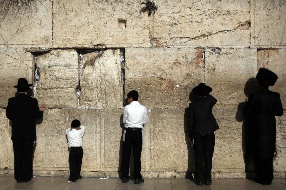 34. IZRAEL, Jerozolima, 4 marca 2011: Ultraortodoksyjni Żydzi podczas modlitwy pod Ścianą Płaczu. AFP PHOTO/DANIEL BAR-ON