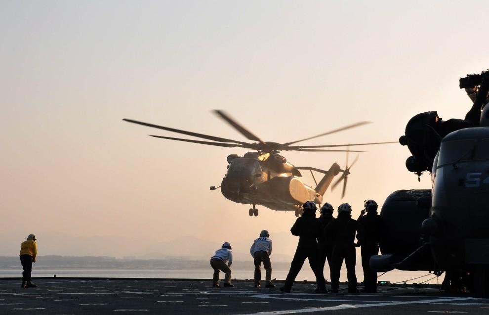 34. MORZE JAPOŃSKIE, 12 marca 2011: Śmigłowiec transportowy MH-53 ląduje na pokładzie USS Tortuga (LSD 46). (Foto:  U.S. Navy via Getty Images)